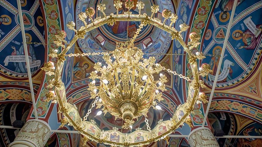 Famous Bulgarian painter Sasho Rangelov decorated the temple's interior