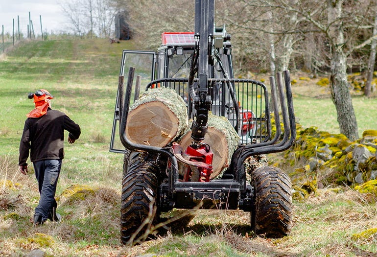 Log transporting with a tractor